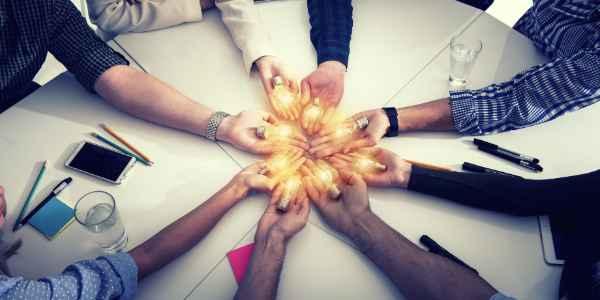 Zusammenarbeit und Ideenaustausch - Startup als Ideenschmiede - Viele Glühlampen als Symbol für jede Menge Ideen