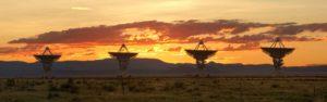 Rieseige Satellitenschüsseln in der Steppe bei Sonnenauf- oder -untergang