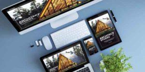 Draufsicht auf einen sehr aufgeräumten Schreibtisch mit Monitor, Notebook, Tablet und Smartphone