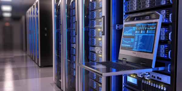 Serverraum mit aufgeklapptem Bedienpanel und Monitor