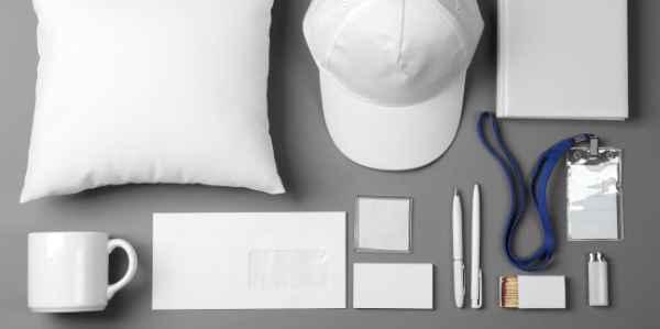 Verschiedene unbedruckte weiße Werbeartikel und Giveaways auf einem grauen Hintergrund