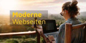 Frau arbeitet an Notebook auf Balkon über Weinbergen